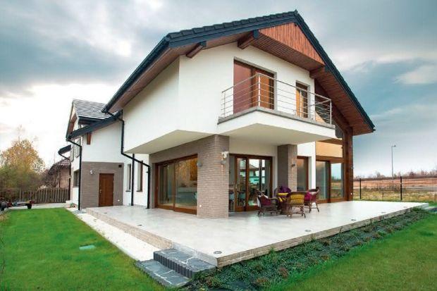 Termomodernizacja to proces zmian w budynku, których celem jest zmniejszenie strat energii cieplnej. Najczęściej obejmuje izolację przegród i ścian budynku, wymianę okien i drzwi, remont dachu i stropu budynku oraz wymianę ogrzewania i wentylacji.