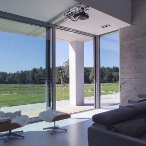 """Okna """"otwierają"""" wnętrze na otaczający krajobraz. Fot. BXBstudio Bogusław Barnaś"""