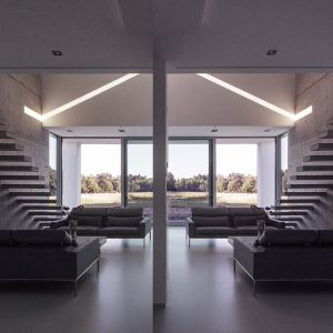 Symulacje kąta padania promieni słonecznych pozwoliły rozmieścić pomieszczenia, przegrody szklane i podcienie w taki sposób, aby w okresach zimowych dawały ciepło, a w okresach letnich nie przegrzewały wnętrza. Fot. BXBstudio Bogusław Barnaś