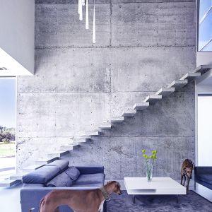 Beton architektoniczny świetnie pasuje do nowoczesnego charakteru wnętrz tego domu. Fot. BXBstudio Bogusław Barnaś