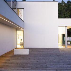 Dom został wyposażony w instalację gromadzenia wody deszczowej wykorzystywanej do nawadniania przydomowego ogrodu oraz do celów sanitarnych, o pojemności 2000 m3. Fot. BXBstudio Bogusław Barnaś