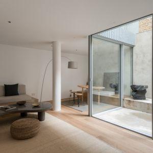 Salon telewizyjny na najniższej kondygnacji. Projekt / Fot. Architect: Feilden Clegg Bradley Studios