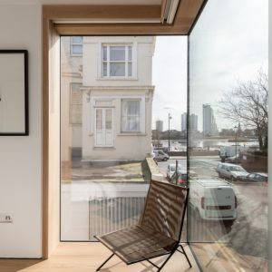 Dużą zaletą sypialni jest duże okno z widokiem na rzekę. Projekt / Fot. Architect: Feilden Clegg Bradley Studios