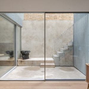 Oszklona klatka schodowa idealnie wpasowuje się w nowoczesny charakter wnętrz. Projekt / Fot. Architect: Feilden Clegg Bradley Studios
