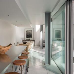 Nowoczesne, jasne wnętrza świetnie ocieplają drewniane dodatki. Projekt / Fot. Architect: Feilden Clegg Bradley Studios