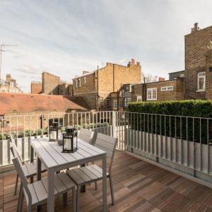 Ogromną zaletą domu jest słoneczny taras na dachu. Projekt / Fot. Architect: Feilden Clegg Bradley Studios