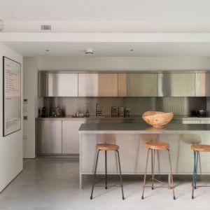 """""""Stalowa kuchnia"""" świetnie pasuje do wystroju wnętrza. Projekt / Fot. Architect: Feilden Clegg Bradley Studios"""
