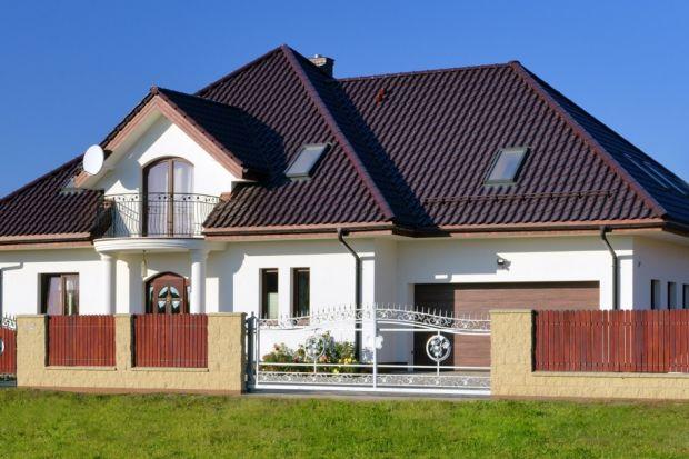 Zróżnicowanie w walorach użytkowych poszczególnych rodzajów dachówek sprawia, iż każda z nich najlepiej sprawdza się w nieco innych okolicznościach. Modele wielkoformatowe warto wybrać w przypadku, gdy nasz dom posiada duży dach jedno- lub dwu