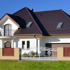 Model dachówki, na który się zdecydujemy podczas kładzenia lub remontowania dachu, powinien być nie tylko dopasowany estetycznie do wyglądu domu czy też jego otoczenia, ale przede wszystkim maksymalnie funkcjonalny. Fot. Creaton