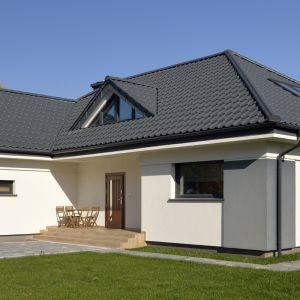 Dachówki wielkoformatowe nie będą dobrym wyborem na dachy małe lub skomplikowane. Fot. Creaton