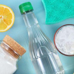 1. Sprzątaj bez detergentów – postaw na domowe środki czystości. Fot. 123 rf