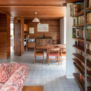 Do drewnianych elementów wystroju wnętrza świetnie pasuje duża ilość starych książek. Fot. Architekt Kenneth Roy Hathaway