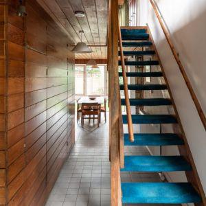 Na piętro prowadzą oryginalne drewniane schody. Fot. Architekt Kenneth Roy Hathaway