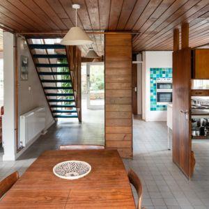 W strefie dziennej nie brakuje naturalnego światła. To zasługa dużej ilości przeszkleń. Fot. Architekt Kenneth Roy Hathaway
