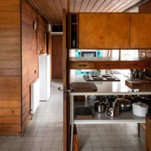 Kuchnia jest dyskretnie wkomponowana w strefę dzienną. Fot. Architekt Kenneth Roy Hathaway
