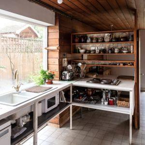 W kuchni również nie brakuje dużych okien. Fot. Architekt Kenneth Roy Hathaway