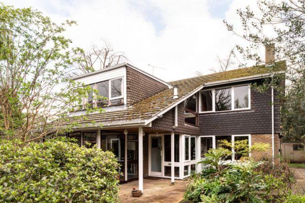 Dom zlokalizowany jest przy londyńskiej Strawberry Hill Road. Jest on świetnym przykładem typowej angielskiej architektury lat sześćdziesiątych XX wieku. We wnętrzu znaleźć można całe mnóstwo przedmiotów z połowy ubiegłego wieku. Dużo w ni