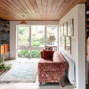 Centralnym elementem pokoju jest szwedzki kominek z lat 60. z odsłoniętym obramowaniem ceglanym. Fot. Architekt Kenneth Roy Hathaway