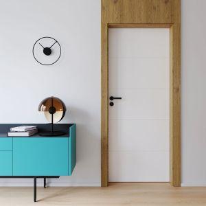 Drzwi Porta Vector Premium ozdobione podłużnymi wzorami frezowania stworzą ciekawy duet z komodą w odważnym, turkusowym wybarwieniu. Fot. Porta