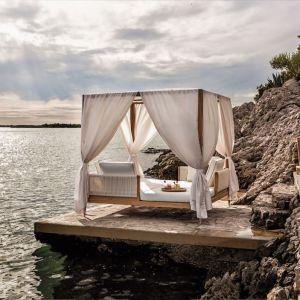 Głównym źródłem inspiracji projektantów mebli były jachty pływające wokół Capri oraz cumujące u Wybrzeża Amalfi. Jasne teakowe drewno, aluminium, szkło oraz tkaniny w naturalnych odcieniach - oto lista materiałów użytych w kolekcji. Fot. Archidzieło