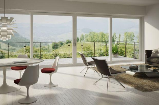 """Okna to bardzo ważny element każdego domu. Jednak w budownictwie energooszczędnym zyskują jeszcze większe znaczenie. Odpowiednio dobrane i rozmieszczone okna potrafią bowiem """"pozyskiwać"""" energię cieplną i zatrzymać ją we wnętrzu."""