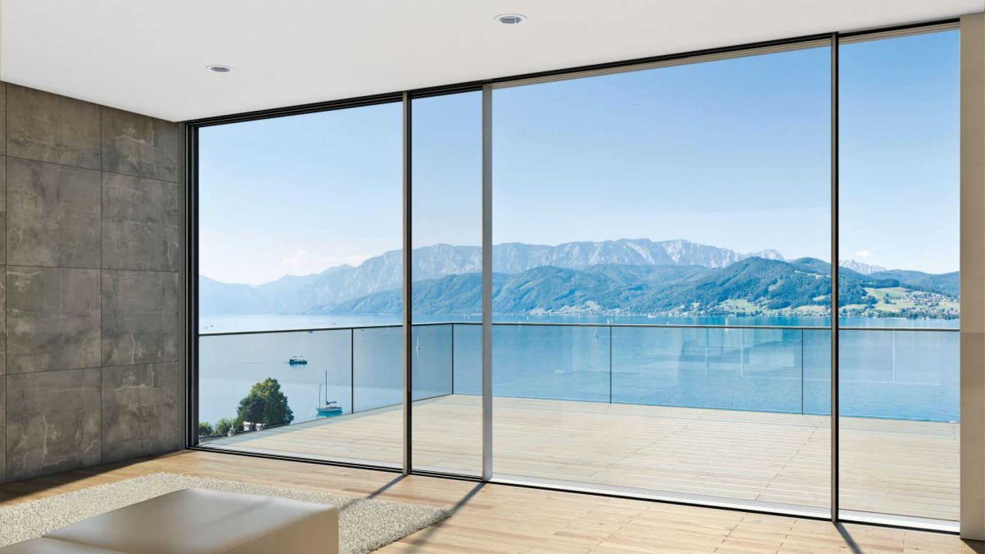 Lokalizacja okien, zwłaszcza tych o znacznych rozmiarach, bezpośrednio wpływa na komfort domowników oraz na bilans energetyczny budynku. Fot. Schüco