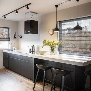 Urządzając małą kuchnię warto postawić na prostotę i jednolitość. Fot. TechniStone