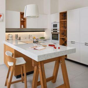 Jeśli chodzi o kolor i styl powierzchni roboczej w małych kuchniach, warto wybierać jaśniejsze barwy. Fot. TechniStone