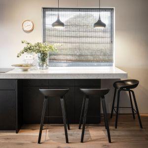 Jednym z popularnych wyborów dla mniejszej kuchni jest TechniStone Noble Carrara, łączący biel i szarość z delikatnymi użyleniami. Fot. TechniStone