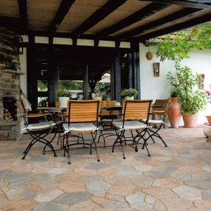 W ogrodzie w stylu śródziemnomorskim bardzo ważne jest wykorzystanie surowców naturalnych lub takich, które je przypominają. Fot. Polbruk