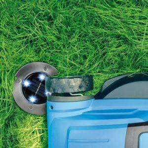 Dzięki kształtowi krążka nie musimy już dłużej uważać i omijać lamp w trakcie czynności, takich jak grabienie czy koszenie trawy. Fot. Activejet