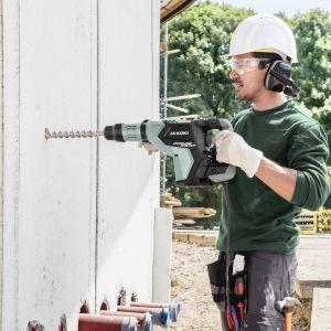 W przypadku cięższych młotów wyburzeniowych oprócz dużej mocy i energii pojedynczego udaru, istotna jest też zdolność tych elektronarzędzi związana z tłumieniem szkodliwych wibracji i drgań. Fot. Hikoki Power Tools Polska