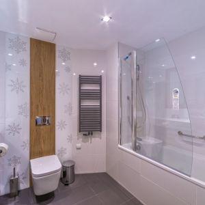 W małej łazience warto postawić na jasne kolory. Ciemne optycznie pomniejszają pomieszczenie. Fot. Luxrad