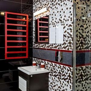 Mała łazienka wcale nie oznacza, że to mieszczenie będzie nudne. Sam grzejnik i jego kształt może już wnętrze ożywić. Fot. Luxrad
