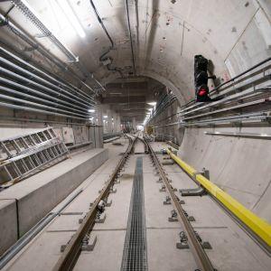 Specjaliści z krakowskiej firmy zajmującej się projektowaniem, instalowaniem oraz serwisowaniem systemów HVAC, odpowiadają za montaż wydajnych urządzeń w pomieszczeniach technicznych, obsługi, monitoringu oraz stref handlowych, które znajdą się na stacja i sprawdzą się w tych wymagających, podziemnych warunkach. Fot. Metro Warszawskie