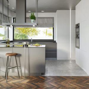 Kuchnia prezentuje się bardzo nowocześnie. Nie brakuje w niej dużych okien, które ułatwiają przygotowywanie posiłków w ciągu dnia. Fot. HomeKONCEPT