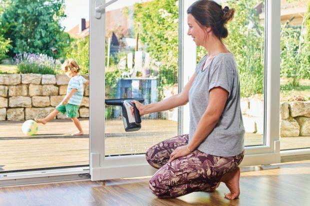 Mycie okien wcale nie musi być przykrym obowiązkiem. Zobacz jak można ułatwić sobie tę rutynową, często uciążliwą, czynność i w jakich warunkach atmosferycznych najlepiej ją wykonywać.