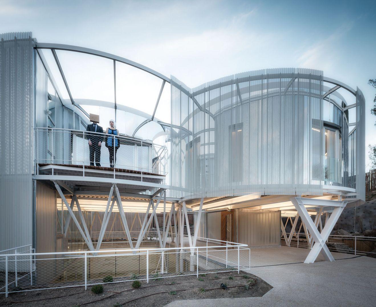 Projekt architektów ze studia Z4Z4 AAA zakładał wybudowanie  dwóch odrębnych domów, pomiędzy którymi mieści się parking samochodowy oraz wejście i dwie klatki schodowe. Fot. Imagen Subliminal