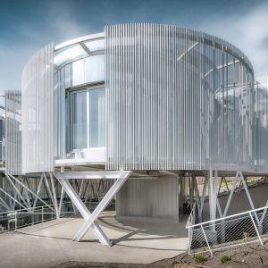 Tobogan to trzypiętrowy dom o powierzchni  512 m. kw wzniesiony na południowym stoku nieopodal ulicy Calle Jimena Menéndez Pidal w Madrycie. Fot. Imagen Subliminal