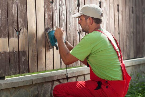 Odnawianie drewnianego ogrodzenia - porady praktyczne