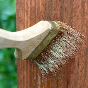 Po właściwym przygotowaniu drewnianych powierzchni można przejść do malowania. Pędzle syntetyczne sprawdzą się w przypadku preparatów wodorozcieńczalnych, natomiast te z naturalnego bądź mieszanego włosia – rozpuszczalnikowych. Fot. Vidaron