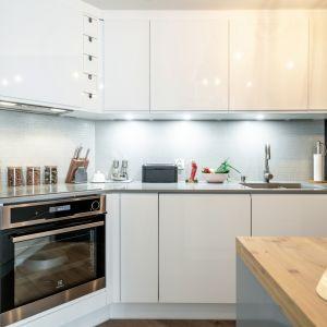 W kuchni warto zadbać o ergonomię. Uwzględnijmy ilość osób, które będą korzystać z pomieszczenia, ich wzrost, a także zestaw najczęstszych czynności i używanych sprzętów. Fot. KODO