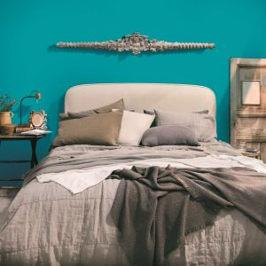 We wnętrzach przeznaczonych do wypoczynku i relaksu używa się głównie barw wyciszających emocje, np. błękitów bądź zieleni. Fot. Magnat