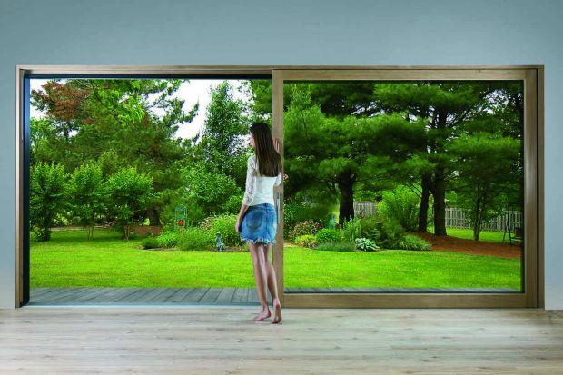 Duże okna i drzwi tarasowe