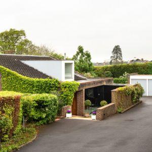 """Zieleń """"wkracza"""" na elewację. Dzięki temu dom lepiej komponuje się z otaczającym go krajobrazem. Fot. Stiff + Trevillon"""