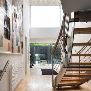 Schody na piętro są ozdobą wnętrza. Fot. Stiff + Trevillon