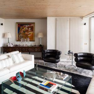Czarne elementy wystroju wnętrza dodają salonowi elegancji. Fot. Stiff + Trevillon