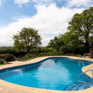 Otwarty basen w ogrodzie to jedna z atrakcji posiadłości. Fot. Stiff + Trevillon