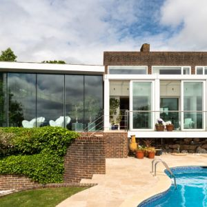 Elewację ogrodową otacza szklana loggia. Fot. Stiff + Trevillon