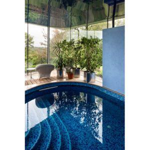 Kryty basen to idealne miejsce na relaks w chłodniejsze dni. Fot. Stiff + Trevillon